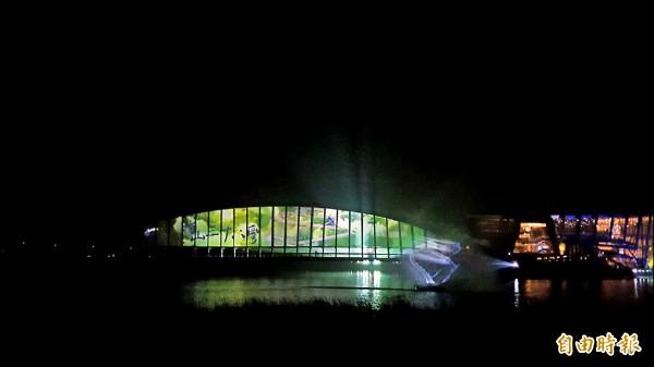 故宮南院在台灣燈會期間以至美橋做成螢幕,上演水影舞集,吸引不少民眾觀賞。(記者林宜樟攝)