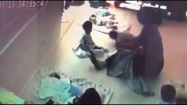 保母將嬰兒重摔地板上。(記者張瑞楨攝翻攝自爆料公社)