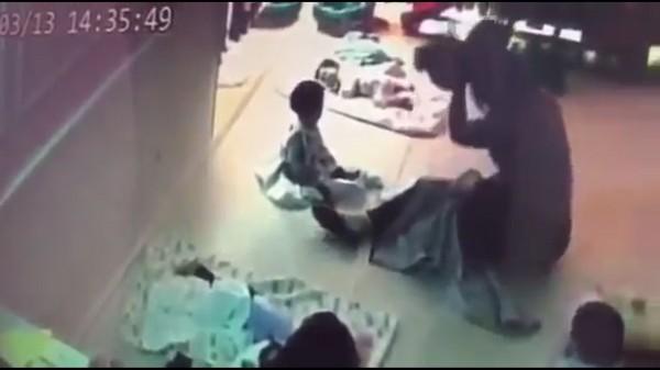 保母將嬰兒高舉過頭,再重摔地板上。(記者張瑞楨翻攝自爆料公社)