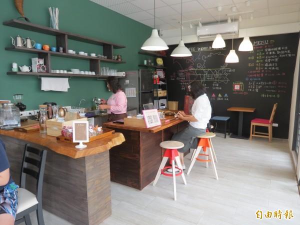 童庭基金會設立「種子手作坊」,邀請銀髮志工們擔任店員,泡咖啡,製作麵包。(記者蘇金鳳攝)