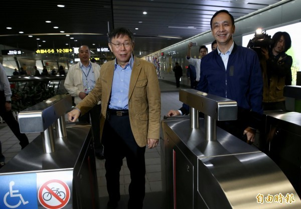 台北市長柯文哲(左)、新北市長朱立倫(右)12日共同推出公共運輸定期票。(資料照)