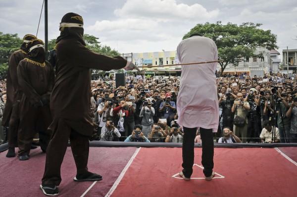 印尼的亞齊特區(Aceh)近日傳出,將立法以「斬首」懲罰謀殺犯。亞齊特區使用「公開鞭刑」懲罰違反伊斯蘭教法者。(美聯社)