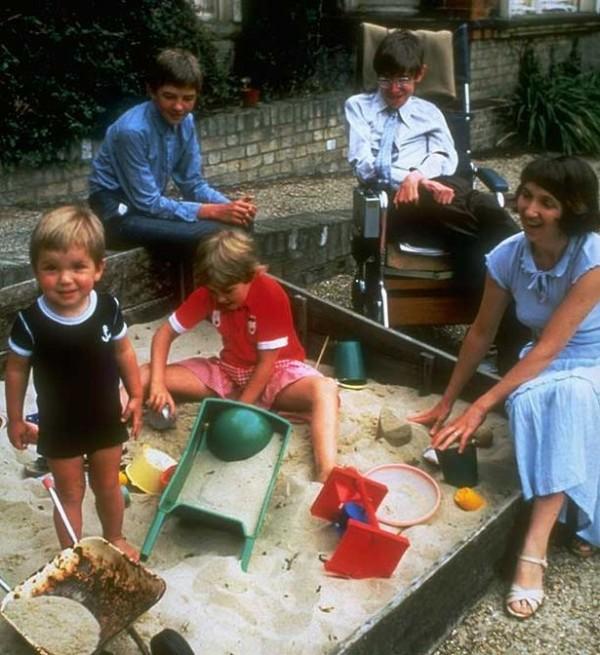 霍金一家人在80年代拍下的照片,一家人和樂融融非常開心。(圖擷自Mirror)
