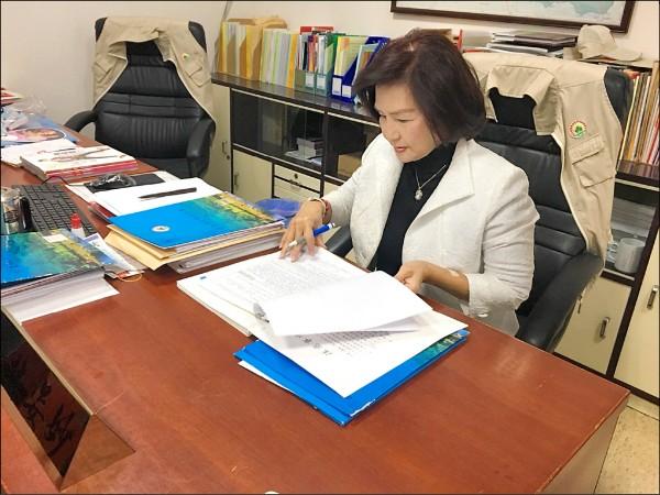 國民黨宜蘭縣長提名人林姿妙昨反擊不會看公文的批評,並當場批公文。(記者張議晨翻攝)