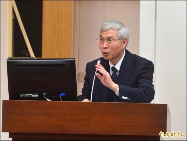 對於新台幣是否改版,央銀行總裁楊金龍昨首度鬆口表示,視促轉會決定。(記者王藝菘攝)