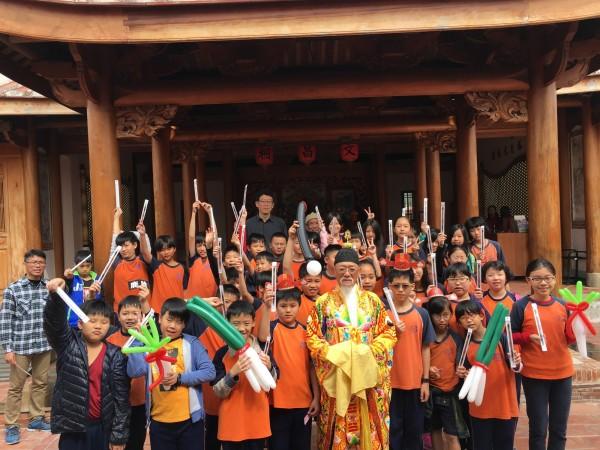 鳳儀書院歡慶文昌帝君誕辰,限量好禮發放給民眾。(記者黃佳琳翻攝)