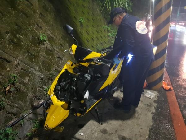 21歲的林姓女大生昨晚騎車載著21歲的徐姓女同學行經新北市八里龍米路一段時,疑因天雨路滑加上過彎不慎,機車失控衝撞路旁電桿,造成1死1傷。(記者王宣晴翻攝)