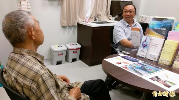 70多歲老翁長期使用頭痛藥物過當,引發帕金森氏症,調整藥物後1個月改善,特別前往醫院感謝醫師孔勝琳。(記者蘇金鳳攝)