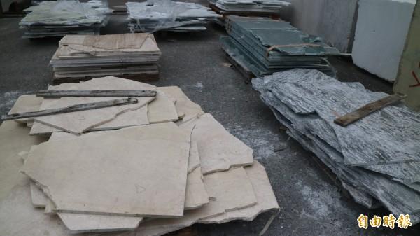 震災後花蓮光華工業區大理石加工業者,進口原石碎滿地,估計損失有20億元。(記者王錦義攝)
