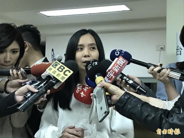 台灣職業安全健康連線執行長黃怡翎,昨爆資深國會助理H男涉嫌性騷多名女助理。(記者蘇芳禾攝)