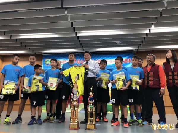 瑪家鄉佳義國小是中華排球協會史上第一支奪得全國冠軍的原住民學校。(記者羅欣貞攝)