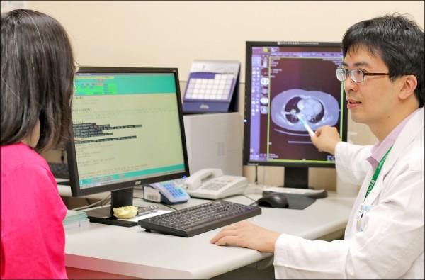 ▲肺部電腦斷層檢查,發現右肺葉有一個3公分大腫瘤。(記者陳建志翻攝)