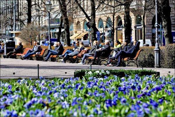 芬蘭民眾在首都赫爾辛基的愛斯普拉納地公園享受陽光。(路透檔案照)