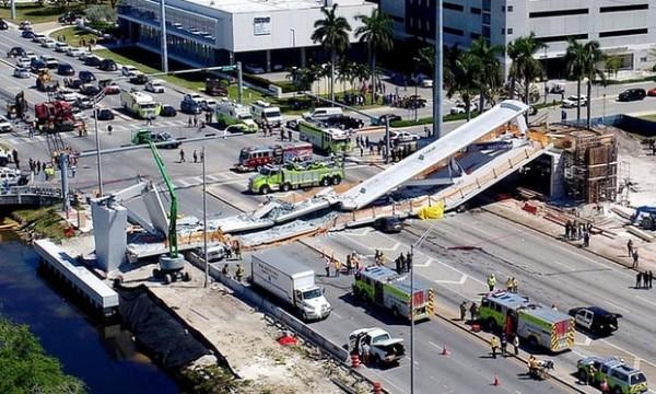 美國佛羅里達國際大學校園內陸橋崩塌。(取自網路)