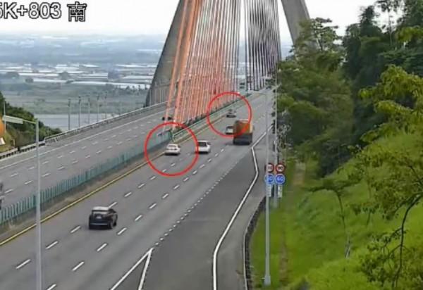 1名70歲阿公開著休旅車,帶著老伴開上國道3號,卻1路逆向北上行駛6公里。(圖擷取自影片)