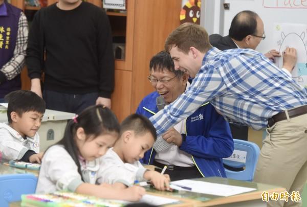 台北市長柯文哲16日前往文昌國小,參與一年級小朋友雙語學習活動,了解推動雙語教學的實際狀況與孩子的學習情形。(記者簡榮豐攝)