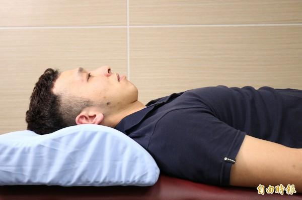 挑選枕頭時一定要試睡,觀察枕頭高度是否讓下巴到胸前的線條與床面平行。(記者沈昱嘉攝)