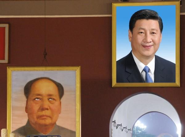 中國人大記者會有女記者翻白眼,網民紛紛以此為素材修圖,做出毛澤東對習近平翻白眼的圖片。(圖擷自共青團流亡中央推特)