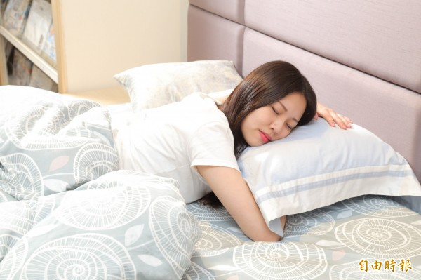 枕頭高低不只影響睡眠品質,還會影響健康,親自試躺挑選適合自己的枕頭很重要。(記者陳宇睿攝)