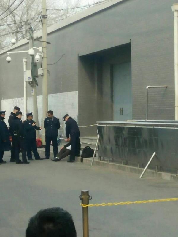 中國一名6旬老者在北京的國家信訪局想要上訪,卻遭工作人員拒於門外,絕望之下於大門口割腕自殺。(圖擷自呂動力@qqwweeldl推特)