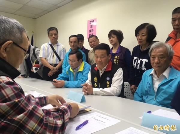 鍾小平今在多位行政區里長陪同下登記參選國民黨北市長黨內初選。(記者蕭婷方攝)