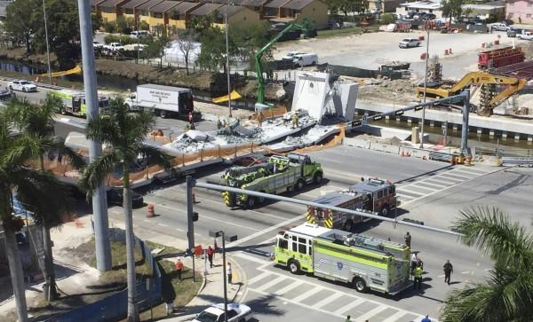 美國佛羅里達國際大學校園內陸橋崩塌,8輛汽車被壓動彈不得。(美聯社)