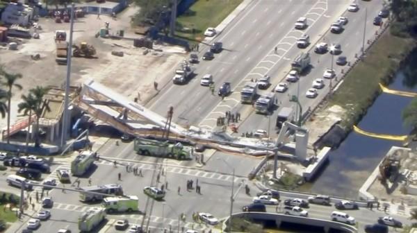 美國佛羅里達國際大學校園內陸橋崩塌。(路透社)