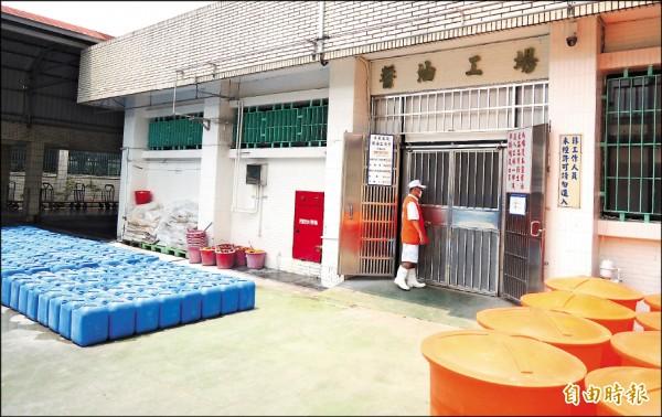 屏東監獄「鼎新」醬油工場每年為國庫挹注超過6千萬元收入,擔任醬油工的受刑人每月可獲得的勞作金達3萬元。(記者李立法攝)