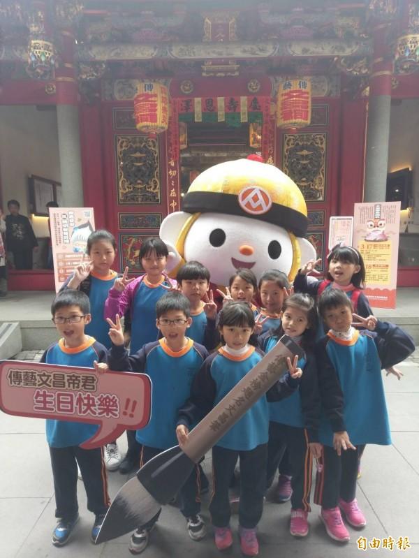 小朋友穿學生制服入園,為文昌帝君祝壽。(記者江志雄翻攝)