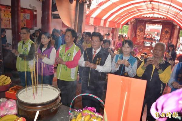 彰化市長邱建富(右三)等人在慶安宮向神明祈福。(記者湯世名攝)