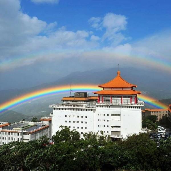 去年11月30日,彩虹高踞文化大學9個小時,今獲金氏世界紀錄授證,成為世界上彩虹出現最長紀錄者。(圖由文大提供)