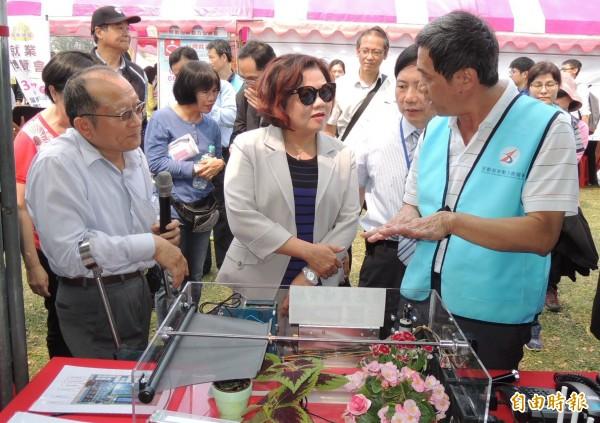 勞動部長許銘春(中)參加屏東地區就業博覽會時表示,將推動立法解決國內低薪問題。(記者李立法攝)