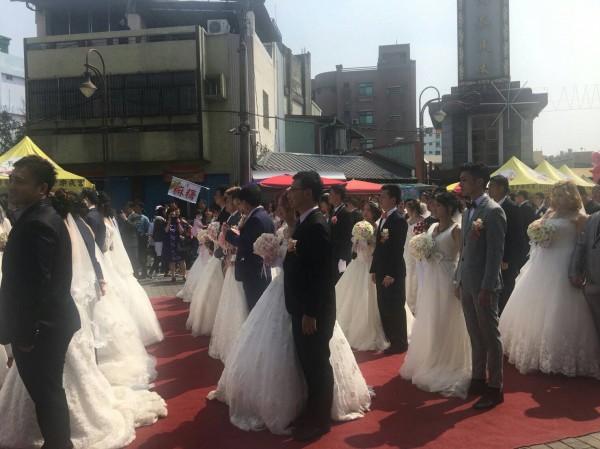 台中市東區旱溪樂成宮今年首度舉辦集聯合婚禮,46對新人一起步上紅毯,喜氣洋洋。(記者許國楨翻攝)