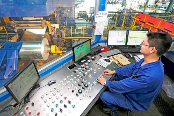 美國國際貿易委員會終裁,認定中國進口鋁箔對美國生產商造成實質損害,美國商務部可據以課徵最高187%關稅。圖為安徽濉溪鋁卷工廠工人操作機器。(美聯社檔案照)