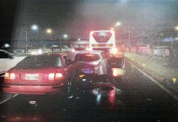 林男酒駕,開車(紅色)追撞前方鄭男的轎車。(記者王駿杰翻攝)