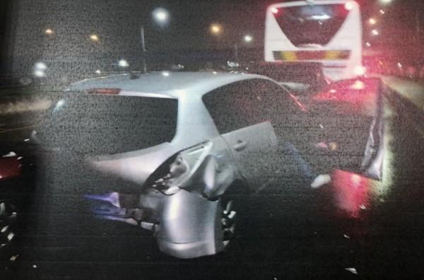 鄭男的轎車(銀色)受到撞擊,又連續追撞前方轎車與客運,造成四車連環車禍。(記者王駿杰翻攝)