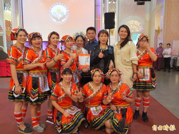 來台的海南島新住民,不少人特別穿上少數民族的傳統服飾參加成立大會。(記者蔡文居攝)