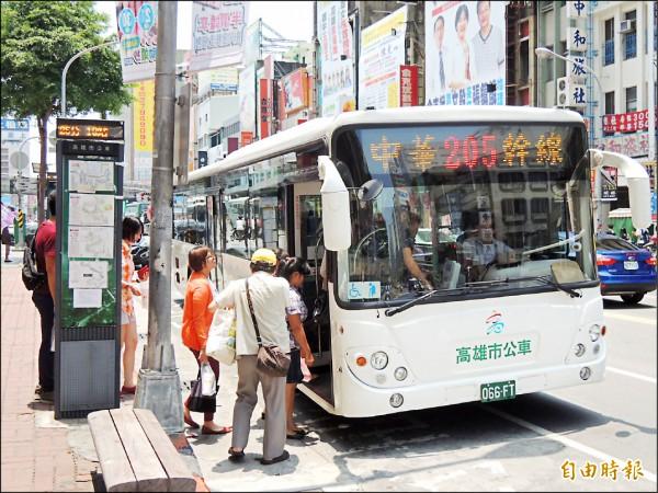 高市公車民營化後首度推出吃到飽月票方案。(記者王榮祥攝)