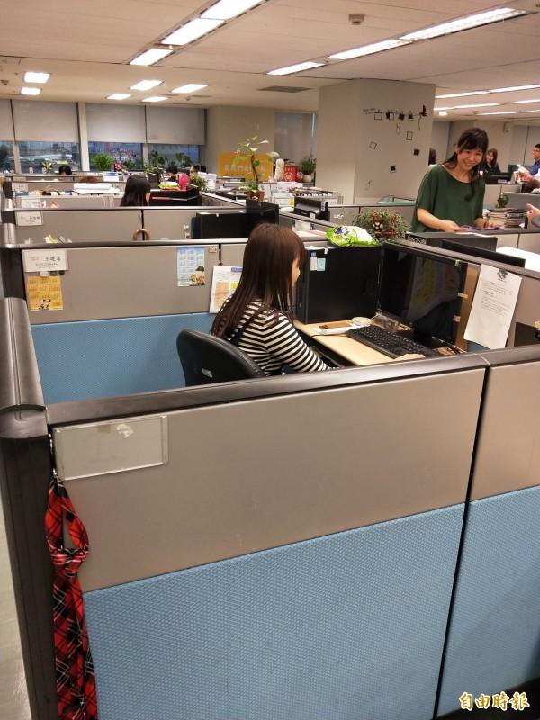 新北市政府新聞局有一個座位,無縫接軌連續坐的4個人,考試都一舉上榜,被同仁稱為「文昌位」。(記者何玉華攝)