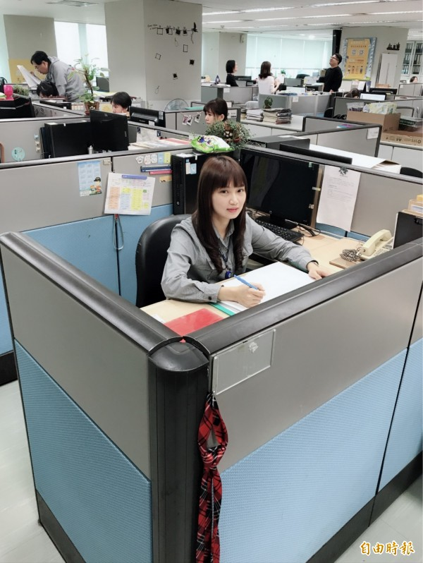 雷思庭兩年多前到市府新聞局服務,不久就考上高考,後面3個坐這個位子的人也都考試上榜,讓這個座位被同仁說是文昌位。(記者何玉華攝)