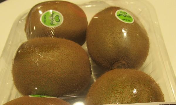 遠東SOGO百貨超市販賣的「義大利奇異果」,檢出殘留農藥違規。(圖由衛生局提供)