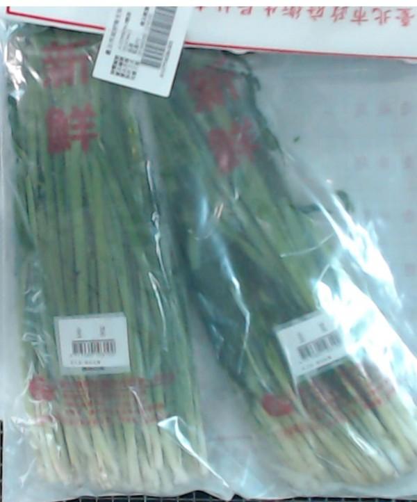 愛買忠孝店的「韭菜」,檢出殘留農藥違規。(圖由衛生局提供)