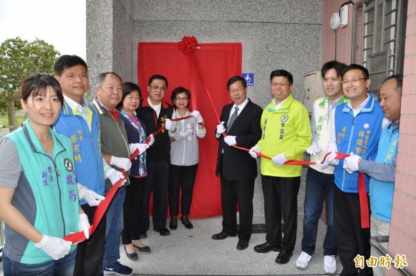 桃園市長鄭文燦(右五)主持大平里集會所無障礙設施啟用典禮。(記者周敏鴻攝)