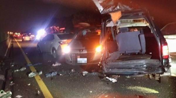 國道3號301.5公里水上段近台82線北上匝道口,今晚6點32分發生7輛自小客車、1輛小貨車追撞事故,警、消趕抵現場,經查事故造成12人輕傷。(嘉義縣消防局提供)