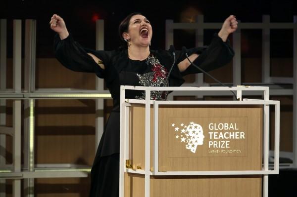 札菲拉庫擊敗來自173個國家的3萬名教師,獲得「全球教師獎」。(美聯社)