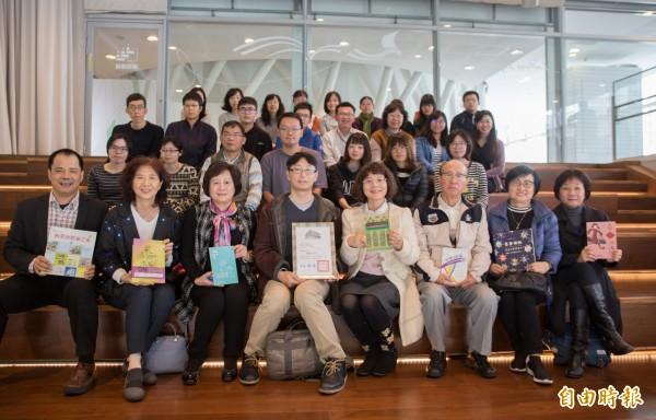 北醫大教授蔡博方(左四)捐贈由女書店出版與性別議題有關的經典好書給高市圖典藏。(記者黃佳琳攝)