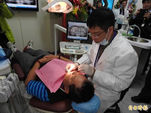 南投縣仁愛鄉霧社牙醫醫療站每週一、二、四、五有專業牙醫師駐診,照顧偏鄉居民口腔健康。(記者佟振國攝)