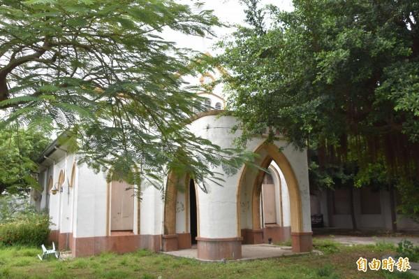 基督教海埔長老教會舊教堂遭鄰居海山宮神轎破門而入「收妖」。(記者蘇福男攝)