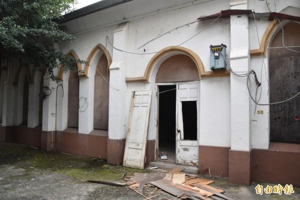 海埔教會舊教堂門板遭破壞。(記者蘇福男攝)