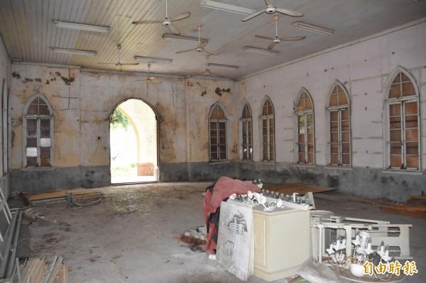 海山宮神明認為,教堂經常舉行追思禮拜,「有一些鬼魂不願離去」。(記者蘇福男攝)